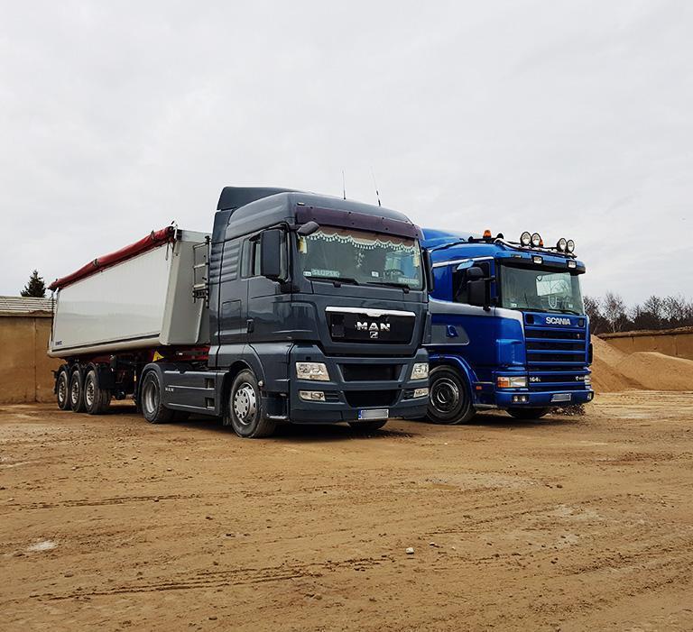 dwie ciężarówki naplacu